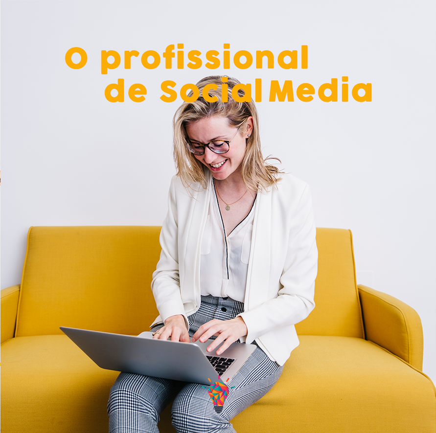 Mulher profissional de social media trabalhando